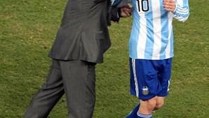 """""""Deixa-nos, mas não se vai, porque o Diego é eterno"""": Messi chora morte de Maradona"""