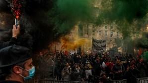 """Centenas manifestam-se contra """"menu completo"""" para uns e """"pão e água"""" para muitos"""