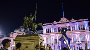 Multidão recebe corpo de Maradona no palácio presidencial argentino para a última despedida