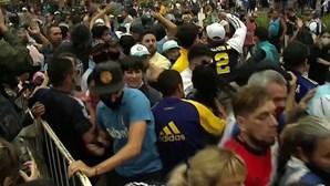 Longas filas, empurrões e confusão para o último adeus a Maradona