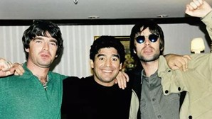 """""""Se saírem com uma destas p***, dá-vos um tiro"""": Irmãos Gallagher recordam dia em que conheceram Maradona"""