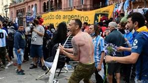 Fãs de Maradona envolvem-se em conflitos com a polícia para ver caixão da lenda do futebol