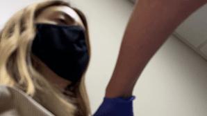 """""""Quero ajudar o Mundo"""": jovem cobaia recebe 630 euros em ensaio da vacina contra a Covid-19"""