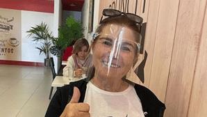 """Dolores Aveiro comete gafe e é chamada à atenção: """"A viseira não substitui a máscara"""""""