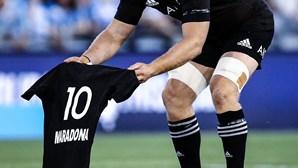 Seleção da Nova Zelândia presta homenagem a Maradona antes do 'haka'. Veja o vídeo do momento