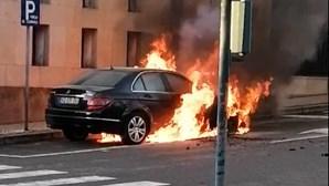 Carro arde junto ao tribunal em Oliveira de Azeméis. Veja as imagens
