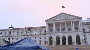 Greve de fome da restauração: Acampados em frente à Assembleia sem comer há 24 horas perante o silêncio do Governo