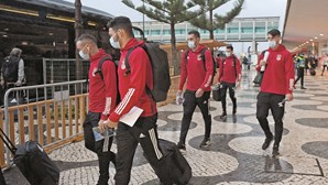 """""""Estás a rir oh filho da p*ta?"""": Jogadores do Benfica insultados por adeptos à chegada à Madeira"""