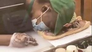 Funcionária do Subway adormece a preparar sandes
