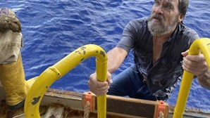 Homem de 62 anos desaparecido no mar durante 43 horas encontrado vivo agarrado ao barco