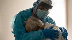 Dor e compaixão: Médico abraça doente com Covid-19 numa imagem que resume a guerra contra a pandemia