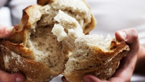 Médicos alertam: comer pão pode estar a causar-lhe danos no cérebro. Conheça os sinais de alarme