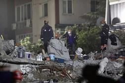Pelo menos 100 mortos em sismo na Turquia