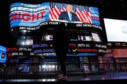 A noite eleitoral também foi acompanhada nos ecrãs gigantes da Times Square, em Nova Iorque