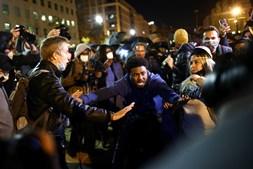 Centenas de manifestantes juntaram-se na Black Lives Matter Plaza, perto da Casa Branca, em Washington