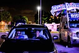 Apoiantes de Joe Biden assistiram à contagem dos votos numa festa 'drive-in' em Miami, na Flórida