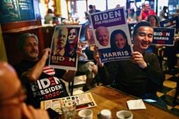 Num bar de Taipei, em Taiwan, os apoiantes do partido democrata também aguardam o resultado eleitoral com grande expectativa
