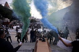 Centenas de empresários da restauração manifestaram-se contra medidas restritivas na Baixa do Porto