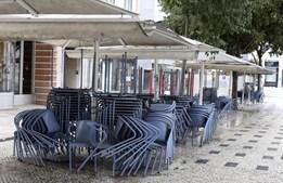Espladas do Rossio na Praça D. Pedro IV vazias devido às medidas aplicadas pelo Governo que ordena encerramento de comércio e restaurantes e a regra geral de permanência em casa e o confinamento entre as 13h e as 8h ao fim de semana