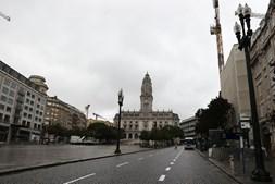 Ruas desertas no Porto devido à regra de permanência em casa no fim de semana