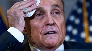 Tinta escorre do cabelo de Rudy Giuliani, advogado de Donald Trump
