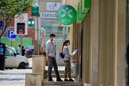 No espaço de um ano , cerca de 61 mil jovens deixaram de ter trabalho, segundo o Instituto Nacional de Estatística