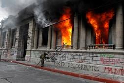 Enquanto a maioria dos manifestantes se reunia pacificamente na praça principal, outros acabaram por partir as janelas do edifício e incendiar o interior do Congresso