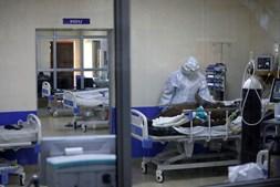 Profissional de saúde trata de um doente infetado com coronavírus num hospital no continente africano