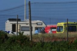 Duas pessoas encontradas com ferimentos de arma de fogo dentro de caravana em Peniche