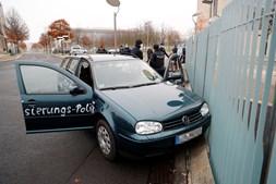 Carro colide contra portão do escritório de Angela Merkel em Berlim