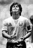 Diego Maradona reage ao cartão amarelo durante a final do Campeonato do Mundo no México