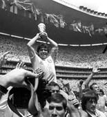 Maradona levanta taça do Campeonato do Mundo após jogo frente a Alemanha no México