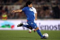 Diego Armando Maradona chuta a bola durante partida de futebol beneficente 'Derby do Coração' no Estádio Olímpico de Roma