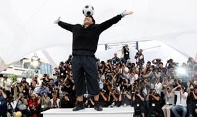 Antigo futebolista Maradona equilibra bola na cabeça durante sessão fotográfica no 61º Festival de Cinema de Cannes