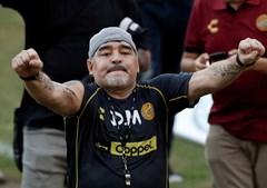 A lenda do futebol argentino Diego Armando Maradona reage aos fãs durante seu primeiro treino como técnico dos Dorados no estádio Banorte em Culiacán, no estado mexicano de Sinaloa