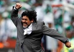 Maradona, comemora um golo da sua equipa contra a Nigéria durante a partida de futebol do Grupo B do campeonato do Mundo de 2010 no estádio Ellis Park, em Joanesburgo