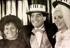 Maradona posa ao lado da mulher Villafane e da mãe Dalma durante festa de casamento em Buenos Aires