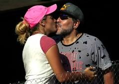 Diego Maradona beija a namorada Rocio Oliva