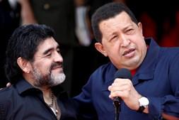 O presidente da Venezuela, Hugo Chávez, dá as boas-vindas ao técnico de futebol da Argentina, Diego Maradona, no Palácio Miraflores, em Caracas