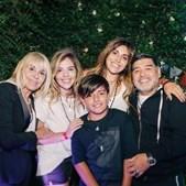 Maradona com a ex-mulher, Claudia Villafañe, as filhas, Dalma e Giannina, e o neto, Benjamín