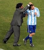 'Deixa-nos, mas não se vai, porque o Diego é eterno': Messi chora morte de Maradona