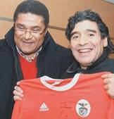 Maradona recebeu camisola do Benfica assinada por Eusébio