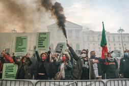 Centenas manifestam-se contra 'menu completo' para uns e 'pão e água' para muitos
