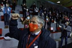 Um delegado celebra a aprovação de uma moção, durante o segundo dia do XXI Congresso do partido no Pavilhão Paz e Amizade, em Loures
