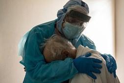 Dr. Joseph Varon abraça doente para o confortar