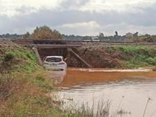 Carro foi arrastado numa estrada inundada