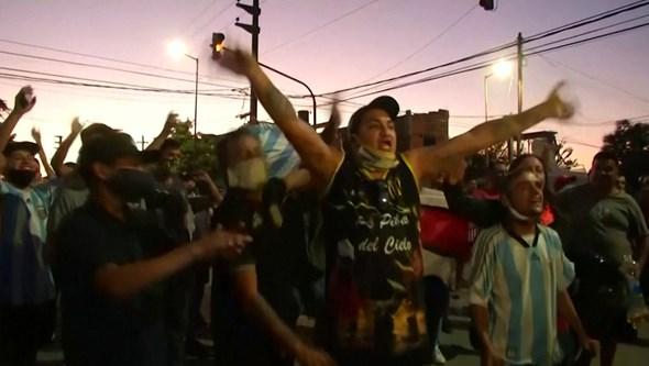 As ruas de Buenos Aires encheram-se para o adeus a Maradona