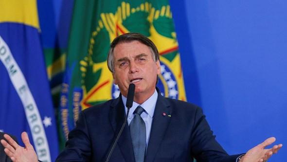 Presidente do Brasil muda discurso e passa a defender vacinas da Covid-19
