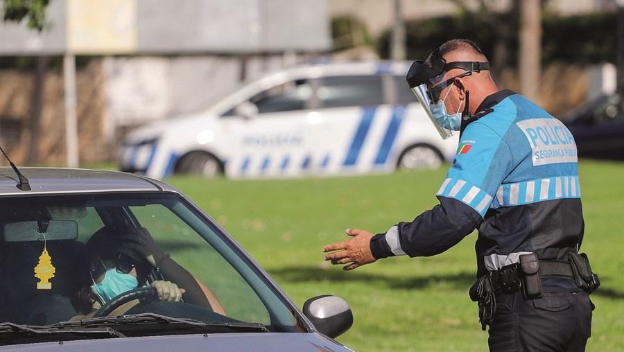 Agentes da PSP têm realizado várias operações em toda a região no âmbito da proibição da circulação entre concelhos