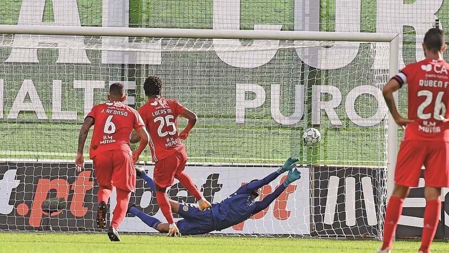 Daniel Guimarães no momento em que defende o penálti de Lucas Mineiro